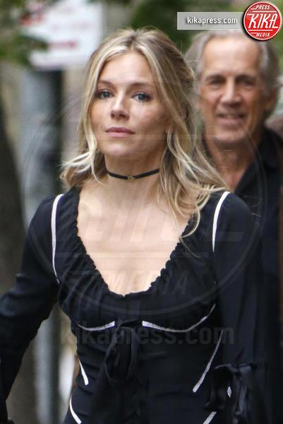 Edwin Miller, Sienna Miller - New York - 19-04-2017 - Sienna Miller, Brad Pitt può attendere: ora c'è solo la famiglia