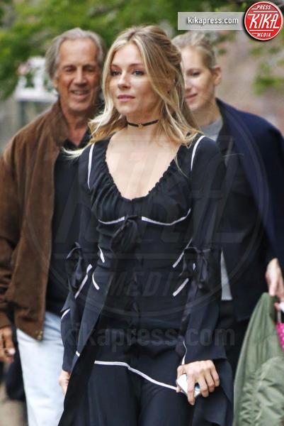 Edwin Miller, Savannah Miller, Sienna Miller - New York - 19-04-2017 - Sienna Miller, Brad Pitt può attendere: ora c'è solo la famiglia