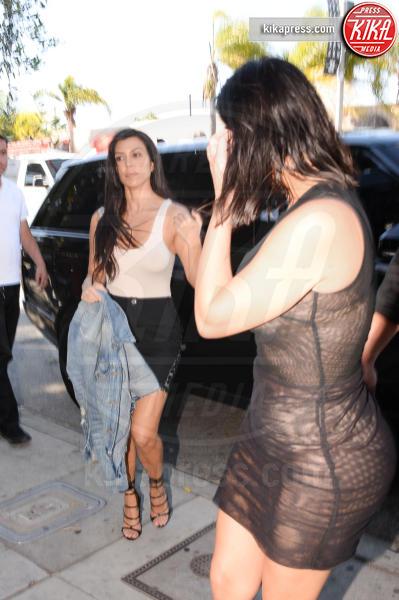 Kim Kardashian - Los Angeles - 20-04-2017 - Kim Kardashian, il vestito? Facevi prima a non metterlo...