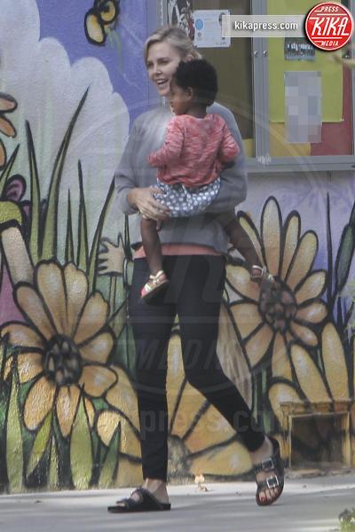 Jackson Theron, Charlize Theron - Los Angeles - 24-04-2017 - I figli di Charlize Theron? Li porta a scuola mamma!