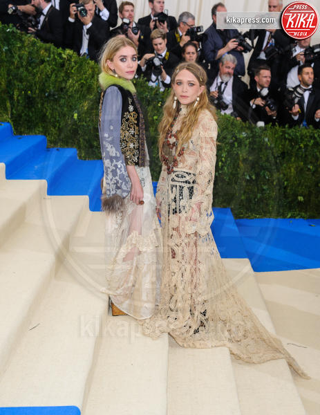 Mary Kate Olsen, Ashley Olsen - New York - 02-05-2017 - Met Gala: Rihanna la più eccentrica, loro le più sexy