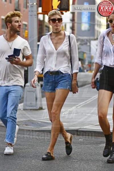 Devon Windsor - New York - 27-05-2016 - Chiara Ferragni e Gigi Hadid cercano il pelo... nelle pantofole!