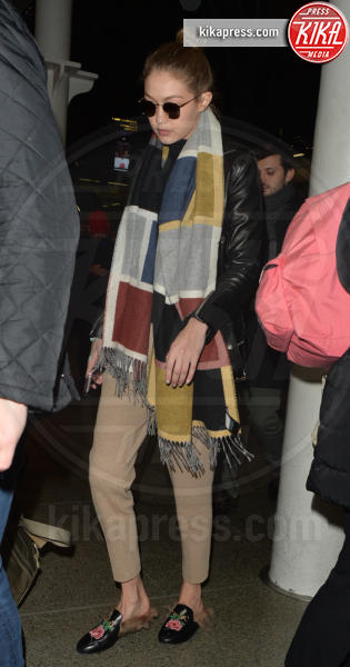 Gigi Hadid - Londra - 04-12-2016 - Chiara Ferragni e Gigi Hadid cercano il pelo... nelle pantofole!