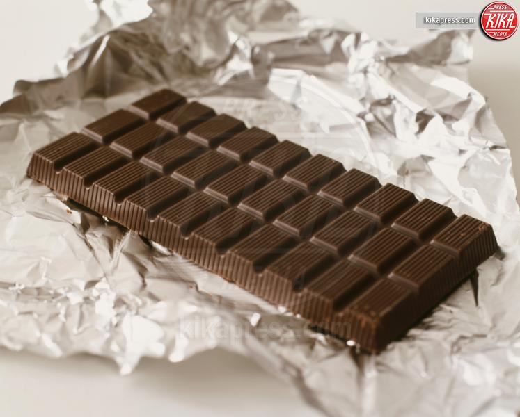 bar of dark chocolate on foil, Food - 10-05-2017 - Alla scoperta della dieta di Meghan Markle