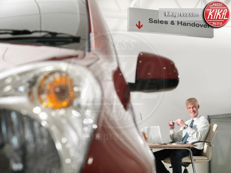 Salesman at desk in car dealership - 10-05-2017 - I fondamenti da seguire prima di acquistare un'auto usata