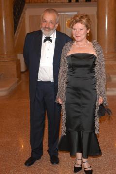 Mike Leigh, Imelda Staunton - Mike Leigh non volera' in Israele per colpa di una legge