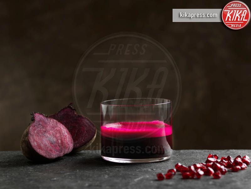 pomegranate seeds, halved beetroot, Purple raw beetroot, apple juice - 10-05-2017 - Integratori di proteine:consigli su come orientarsi