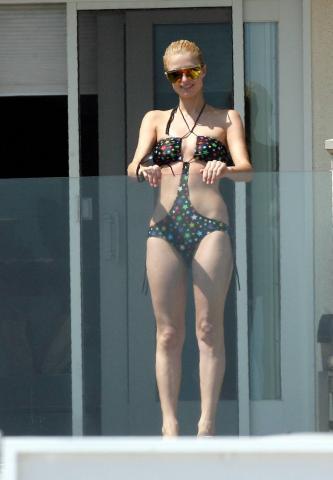Paris Hilton - Malibu - 16-07-2007 - Spaggia: l'alternativa al bikini. Costume intero o trikini?