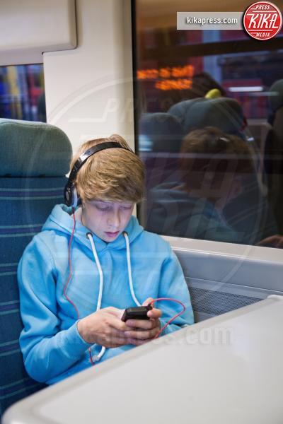 using smartphone on train, Teenage boy in headphones - 11-05-2017 - Tecnologia e giochi: che cosa cambierà nel 2019 per il gaming