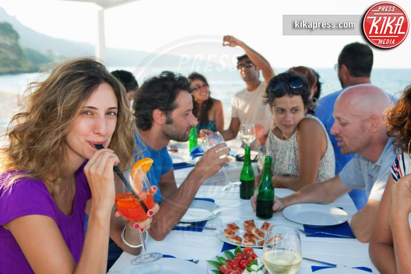 Friends drinking at table outdoors - 11-05-2017 - L'aperitivo perfetto, ecco i nostri consigli