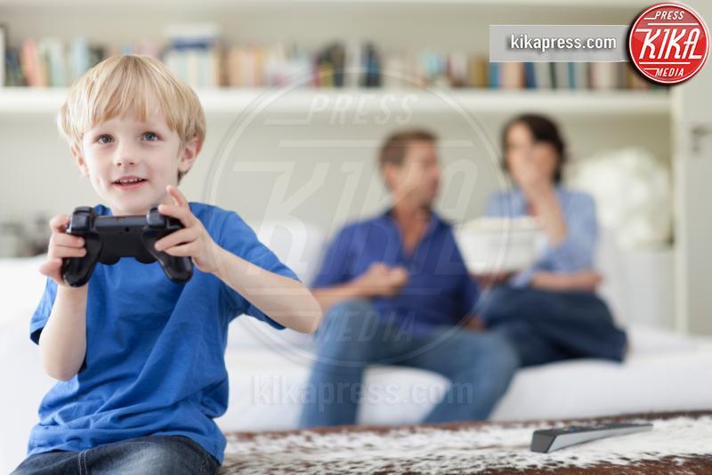 Boy playing video games in living room - 11-05-2017 - Tecnologia e giochi: che cosa cambierà nel 2019 per il gaming