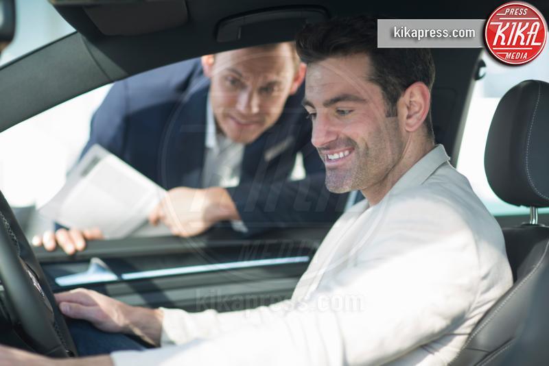 Customer trying out new car in car dealership - 11-05-2017 - I fondamenti da seguire prima di acquistare un'auto usata