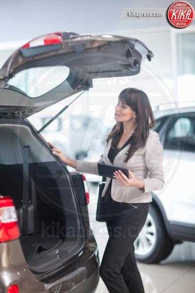 Mid adult woman checking car boot in showroom - 11-05-2017 - I fondamenti da seguire prima di acquistare un'auto usata