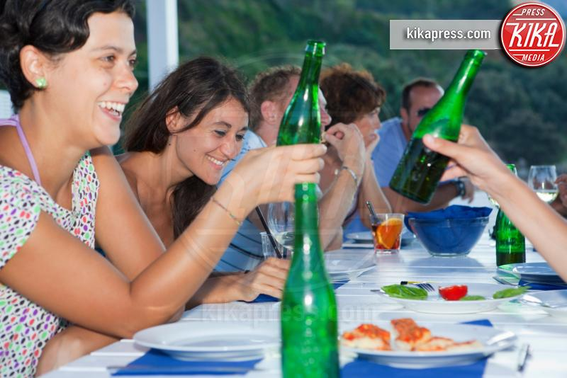Friends drinking at table outdoors - 12-05-2017 - L'aperitivo perfetto, ecco i nostri consigli