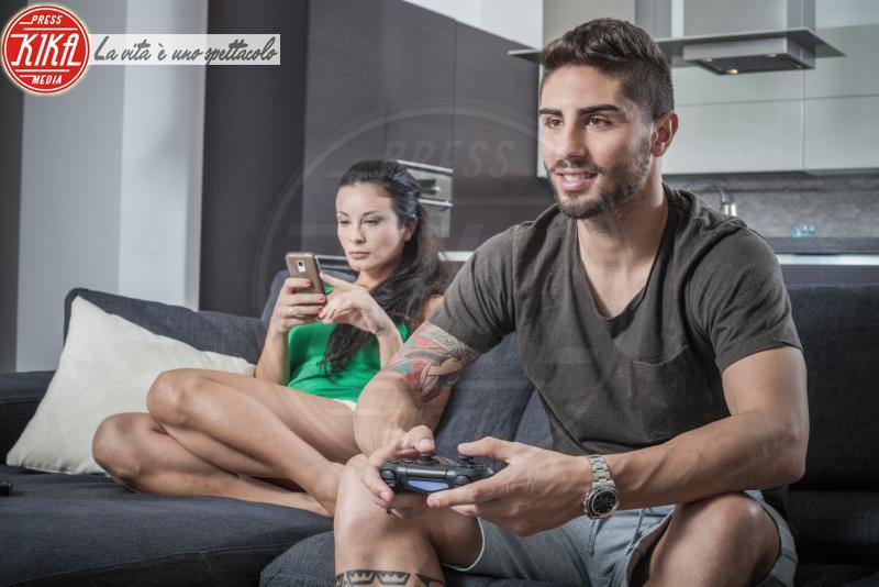 gaming control, Young couple on sofa using smartphone - 12-05-2017 - Tecnologia e giochi: che cosa cambierà nel 2019 per il gaming