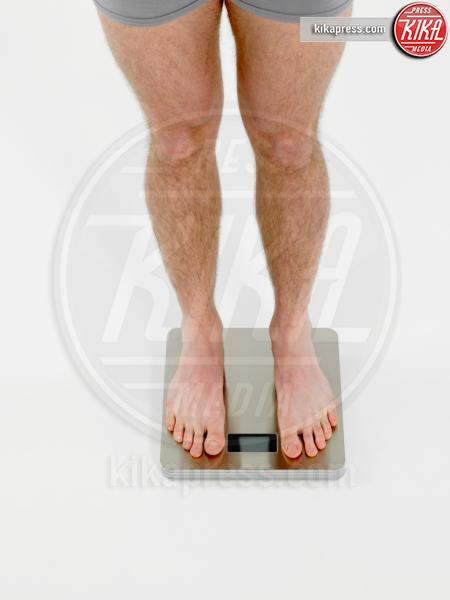 Man on scales - 15-05-2017 - Benessere: dalle bilance intelligenti ai braccialetti fitness