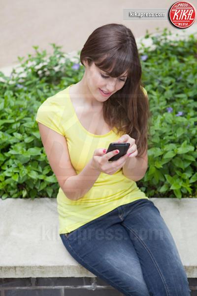 Young woman, smartphone - 15-05-2017 - Fax sul cellulare? È possibile con eFax