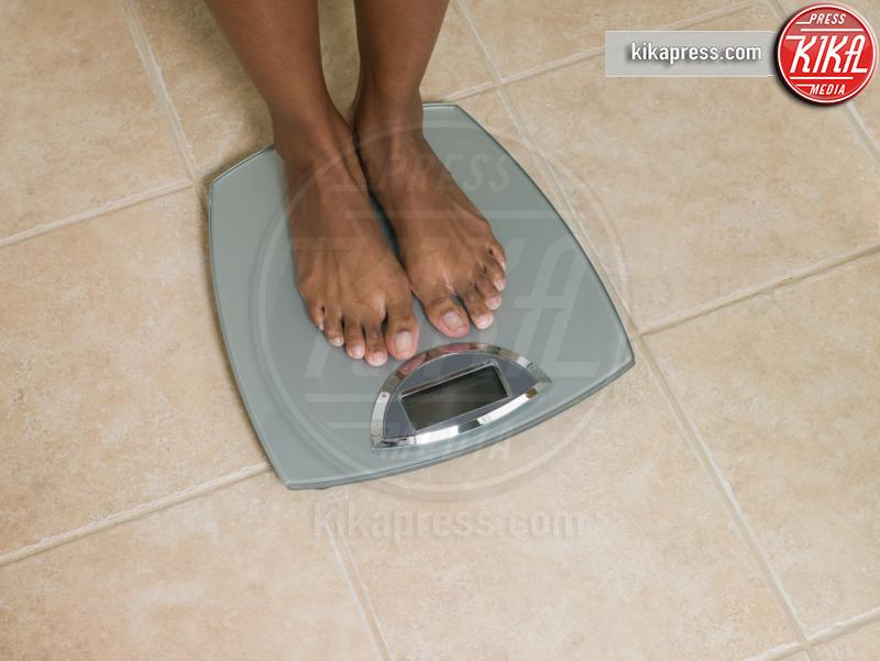 Feet of woman on scales - 15-05-2017 - Benessere: dalle bilance intelligenti ai braccialetti fitness