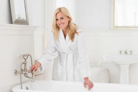 A woman running a bath - 16-05-2017 - Come scegliere una vasca idromassaggio