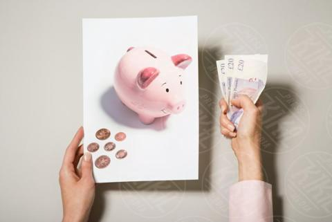 A woman holding a photograph of a piggy bank, money - 16-05-2017 - Cinque consigli per richiedere un prestito veloce