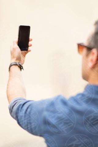 taking self portrait, Mid adult man, rear view, outdoors, smartphone - 16-05-2017 - Fax sul cellulare? È possibile con eFax