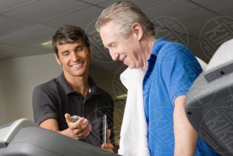 A personal trainer helping a man on a treadmill - 16-05-2017 - Benessere: dalle bilance intelligenti ai braccialetti fitness