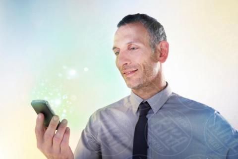 Businessman holding cellphone, Lights - 16-05-2017 - I live casino conquistano gli appassionati dei giochi