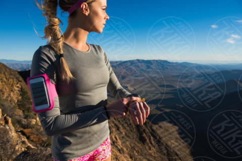 Young female trail runner checking stopwatch on Pacific Crest Trail, Pine Valley, USA, California - 16-05-2017 - Benessere: dalle bilance intelligenti ai braccialetti fitness