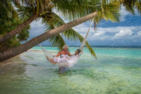 Senior man relaxing in hammock, Maldives, Woman - 16-05-2017 - Le Maldive: meta top delle vacanze di Natale 2017