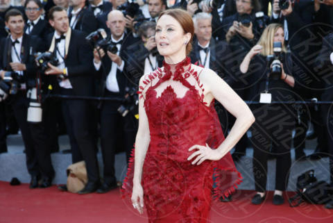 Julianne Moore - Cannes - 17-05-2017 - Cannes 2017: scollature, spacchi e trasparenze sul red carpet