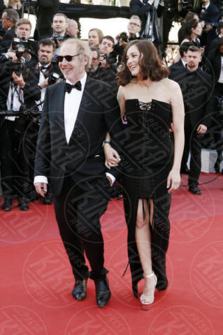 Arnaud Desplechin, Marion Cotillard - Cannes - 17-05-2017 - Cannes 2017: scollature, spacchi e trasparenze sul red carpet