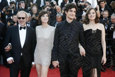 Arnaud Desplechin, Louis Garrel, Charlotte Gainsbourg, Marion Cotillard - Cannes - 17-05-2017 - Cannes 2017: scollature, spacchi e trasparenze sul red carpet