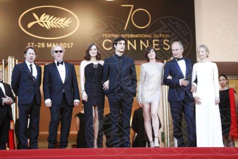 Arnaud Desplechin, Louis Garrel, Alba Rohrwacher, Charlotte Gainsbourg, Marion Cotillard - Cannes - 17-05-2017 - Cannes 2017: scollature, spacchi e trasparenze sul red carpet