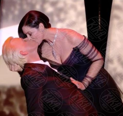 Alex Lutz, Monica Bellucci - Cannes - 16-05-2017 - Monica Bellucci subito hot: bacio focoso dopo il tango