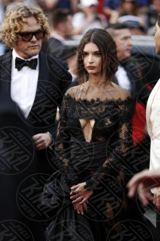 Emily Ratajkowski - Cannes - 18-05-2017 - Cannes  2017, il seno nudo di Emily Ratajkowski incanta i fan