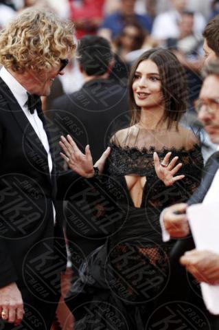 Emily Ratajkowski, Peter Dundas - Cannes - 18-05-2017 - Cannes  2017, il seno nudo di Emily Ratajkowski incanta i fan
