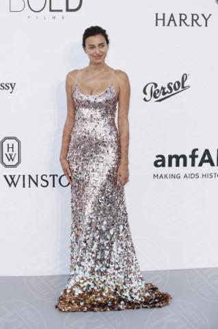 Irina Shayk - Cannes - 25-05-2017 - AmfAR, tutte fuori di seno! Provate a guardarle negli occhi