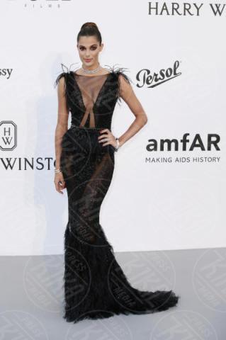 Iris Mittenaere - Cannes - 25-05-2017 - AmfAR, tutte fuori di seno! Provate a guardarle negli occhi