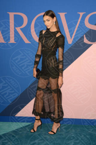 Zhenya Katava - New York - 06-06-2017 - CFDA Awards 2017: ecco chi è la Bella in rosa sul blue carpet...