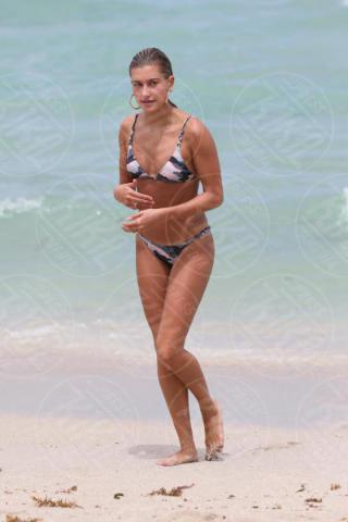 Hailey Baldwin - Miami Beach - 11-06-2017 - Estate 2018: Bikini, trikini, intero, qual è il costume per te?