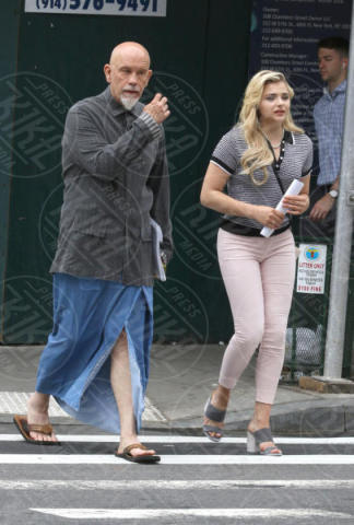 Chloe Grace Moretz, John Malkovich - New York - 14-06-2017 - Louis C.K mette insieme Chloe Grace Moretz e John Malkovich