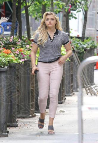Chloe Grace Moretz - New York - 14-06-2017 - Louis C.K mette insieme Chloe Grace Moretz e John Malkovich