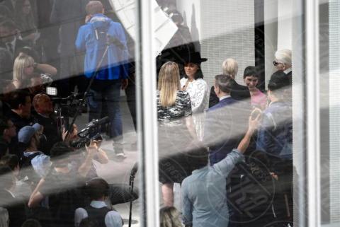 Rihanna - Parigi - 16-06-2017 - Rihanna, dama bianca in pizzo dalla scollatura profonda