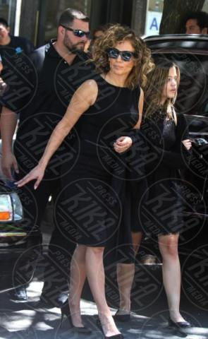 Sarah Jeffery, Jennifer Lopez - Manhattan - 20-06-2017 - Jennifer Lopez in lutto: ecco le foto della star al funerale