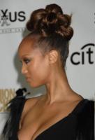 Tyra Banks - New York - 07-09-2007 - Cosa ti metti in testa per le feste? Prova con la treccia...