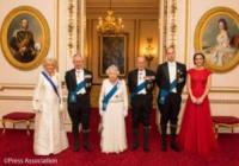 Principe Carlo d'Inghilterra, Regina Elisabetta II, Principe William, Kate Middleton, Principe Filippo Duca di Edimburgo, Camilla Parker Bowles - Kate Middleton e Mary di Danimarca, lo stile è lo stesso