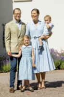 Principessa Estelle di Svezia, Principe Oscar di Svezia, Principessa Victoria di Svezia, Principe Daniel di Svezia - Borgholm - 15-07-2017 - Victoria ed Estelle di Svezia: l'outfit è sempre coordinato!