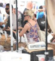 Elizabeth Banks - Los Angeles - 16-07-2017 - Star come noi: Elizabeth Banks, la spesa? Al mercato