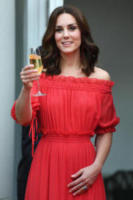 Kate, Catherine, Kate Middleton - Berlino - 19-07-2017 - Kate Middleton in rosso Alexander McQuenn a Berlino
