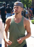 Derek Hough - Los Angeles - 30-07-2017 - Star come noi: Derek Hough compra i vestiti con mamma